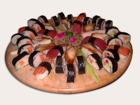 sushi z węgorzem unagi, łososiem i tuńczykiem