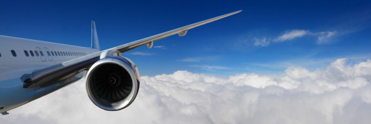 widok na samolot nad chmurami