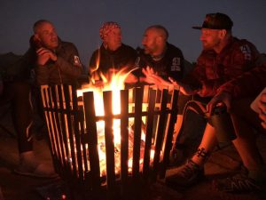 wieczorne rozmowy przy ognisku